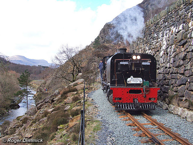 143 heads south through the Aberglaslyn Pass